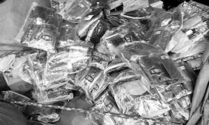 东方一货运站内 工商执法人员查扣2千袋冒牌槟榔